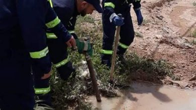 صورة ام البواقي/ عمال الديوان الوطني التطهير بوحدة ام البواقي يقومون باصلاح وامتصاص مياه الصرف الصحي.