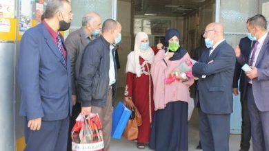 صورة ام البواقي/ خروج الطالبة المعتدي عليها أمام الجامعة من مستشفى قسنطينة بعد تماثلها للشفاء.