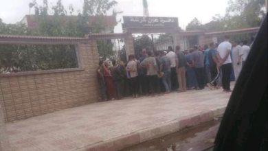 صورة ام البواقي/ مواطنوا مدينة عين كرشة يحتجون على قائمة السكنات الاجتماعية غير العادلة امام الدائرة.